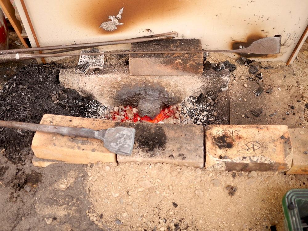 鋼を熱する火床(ほど)