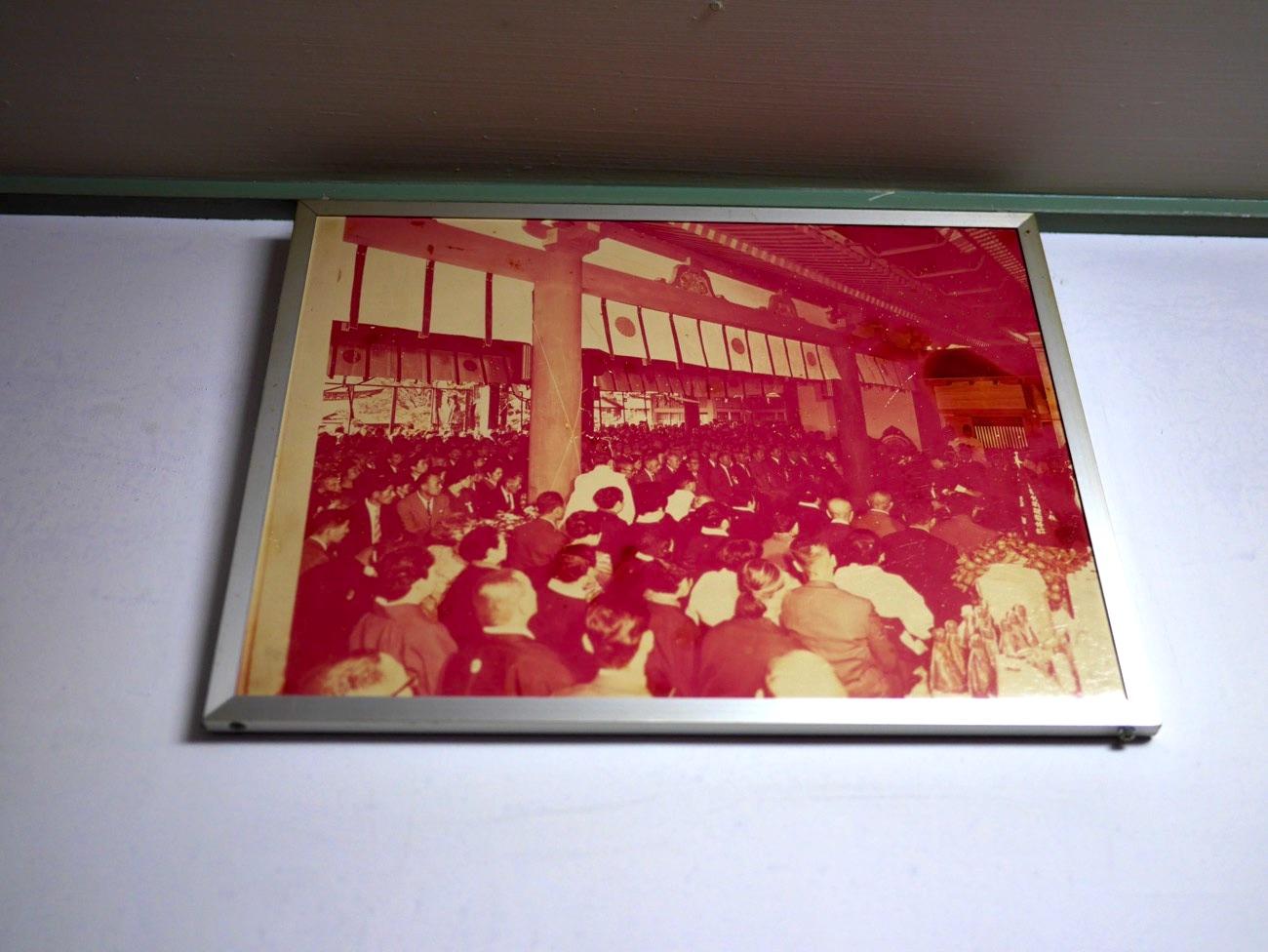通路に飾られている昔の写真