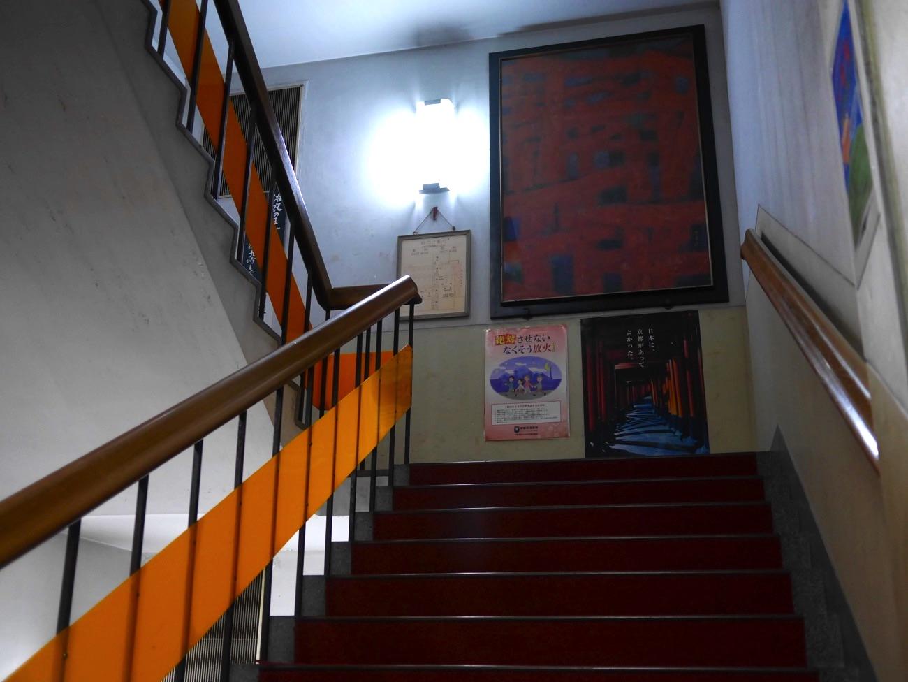 階段で上がる
