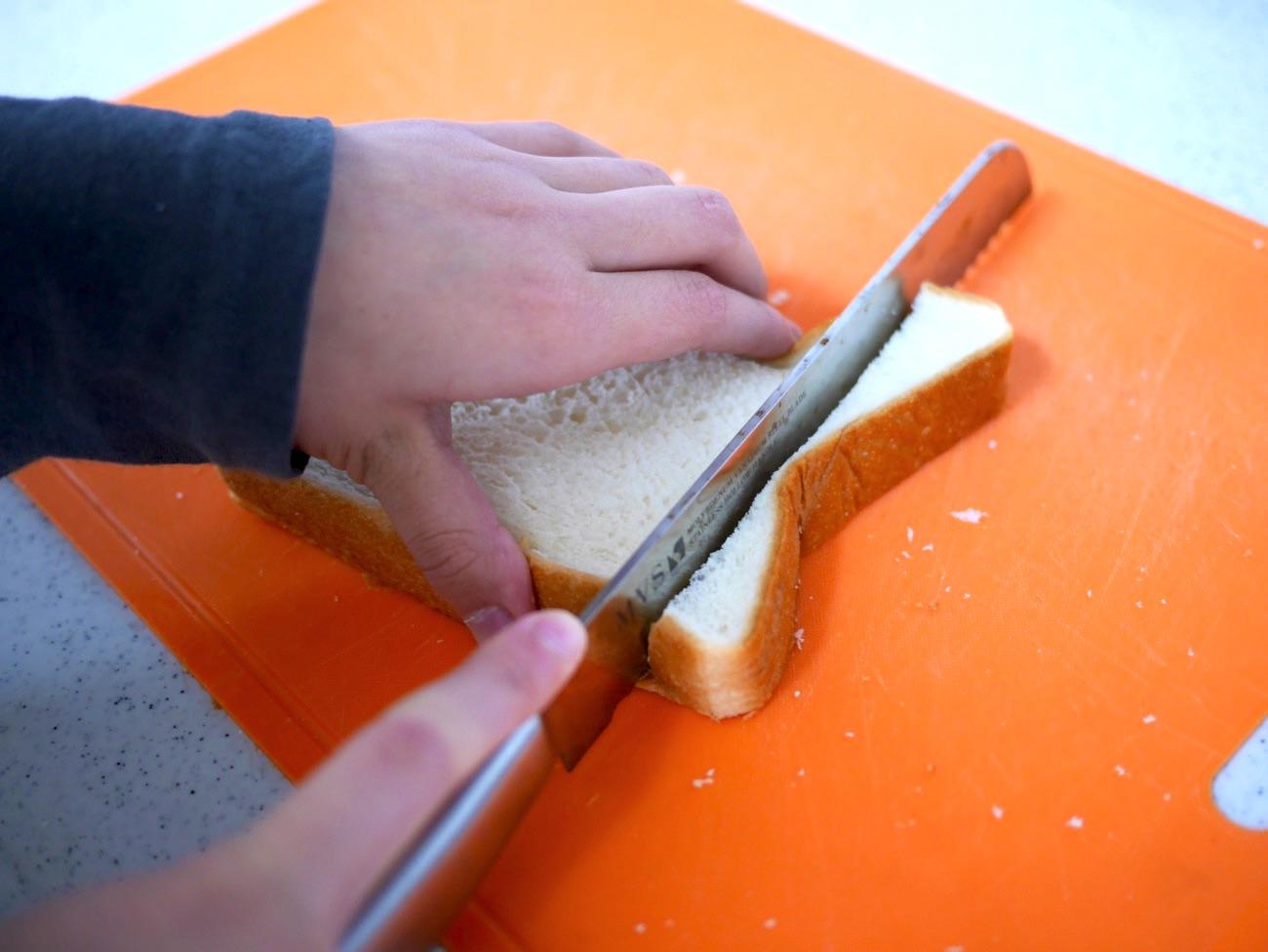 食パンの耳を切り落とす