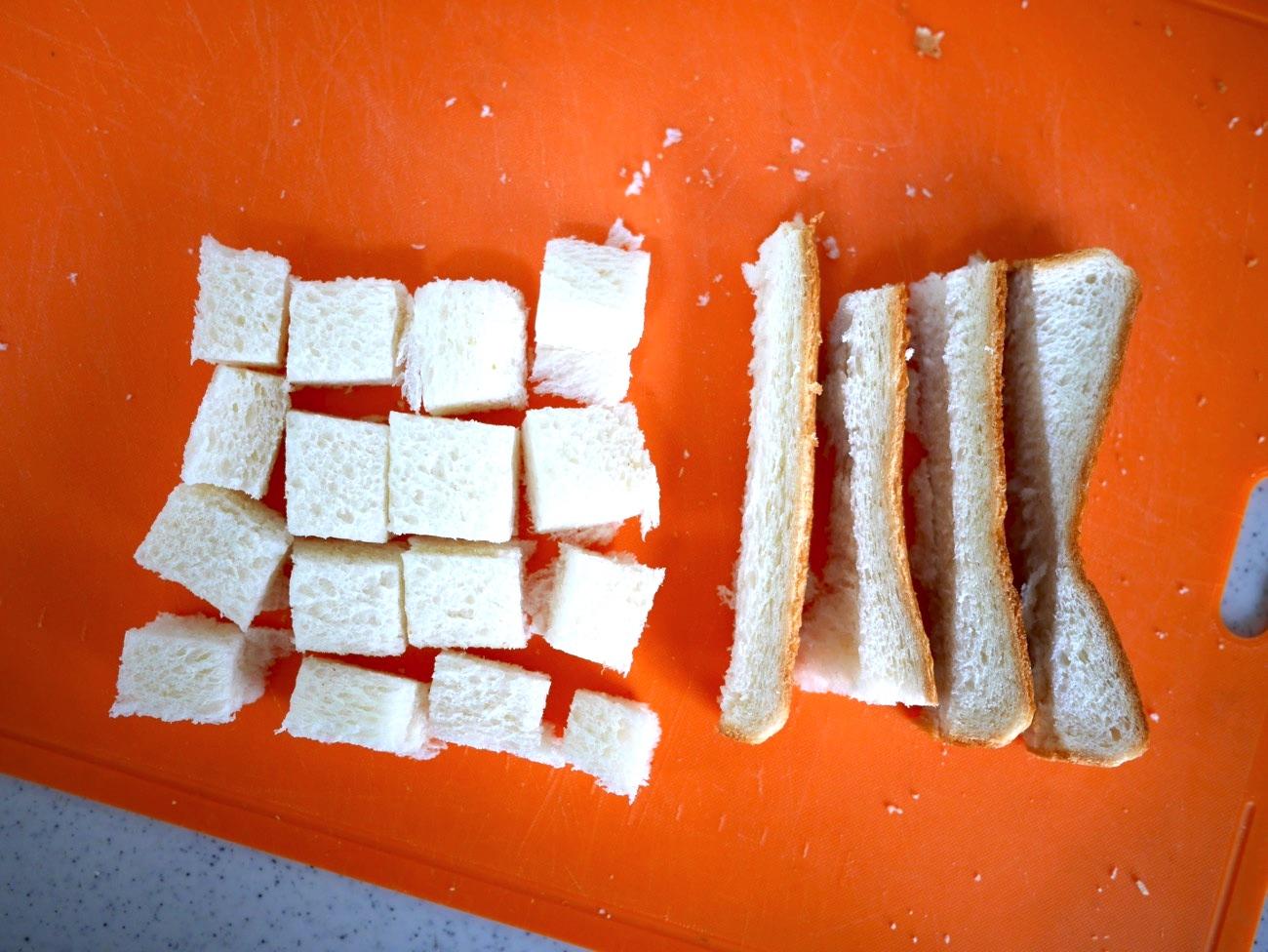 食パンを2cm角に切る