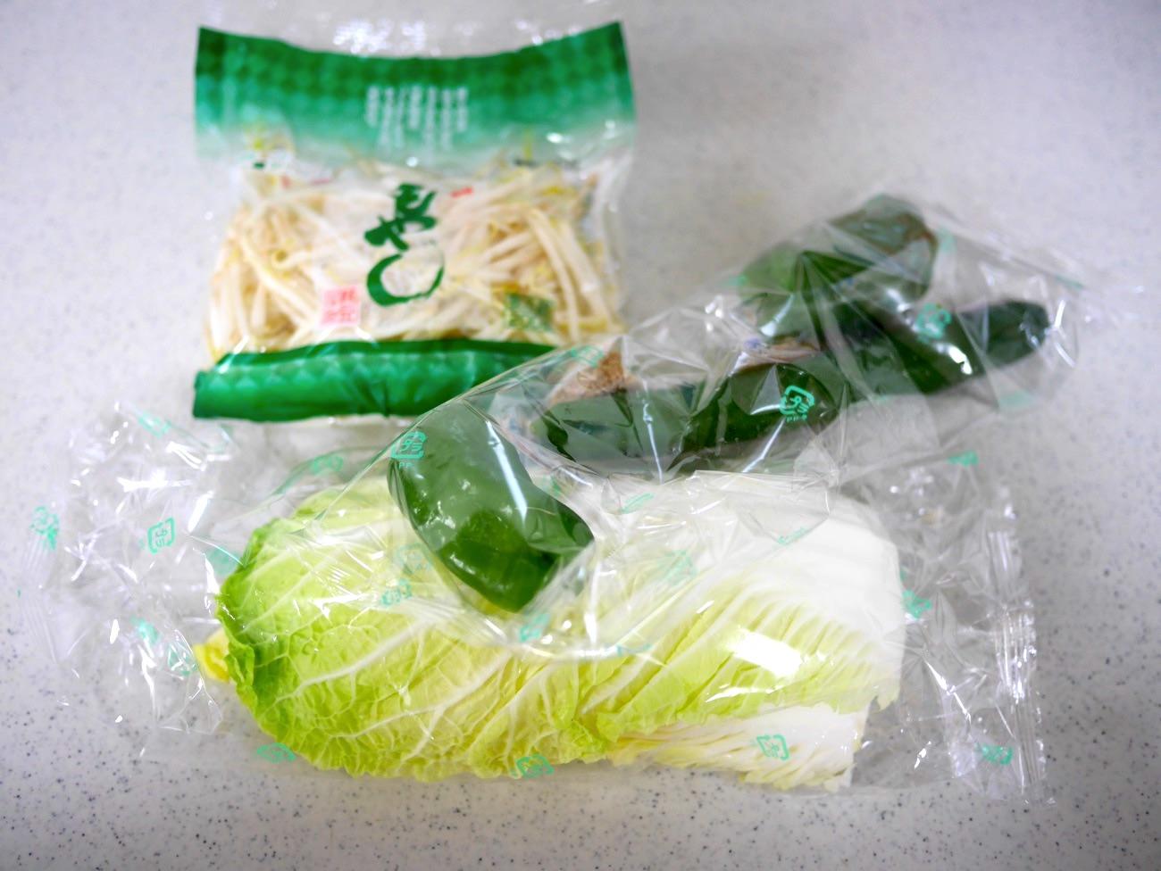 野菜もビニールの袋に入っている