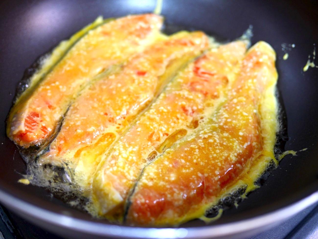 溶き卵と粉チーズをからめて蒸し焼きにする