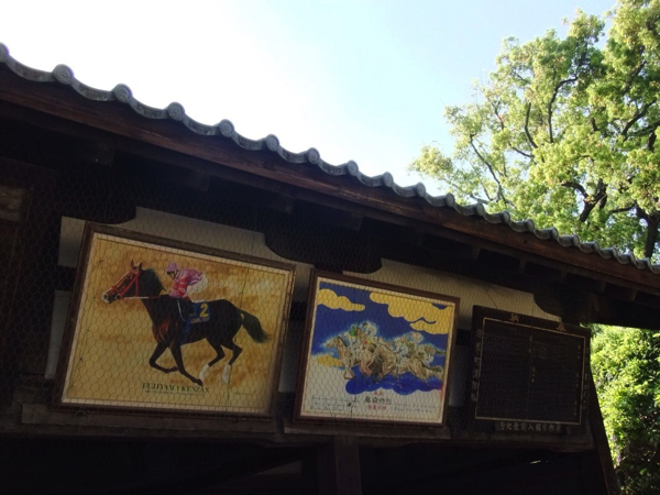 絵馬舎に飾られている競走馬の絵