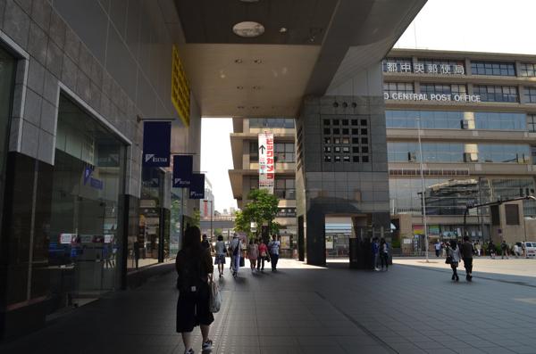 右側に見えるのは京都中央郵便局