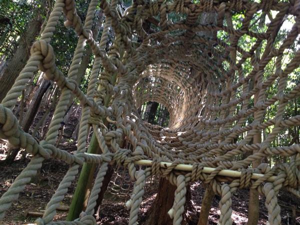 網のトンネルをくぐり抜けるアスレチック