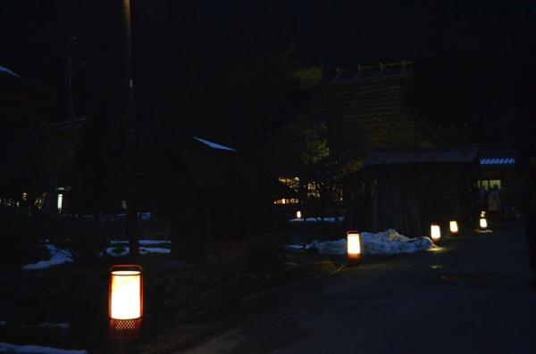 集落の道に並ぶ灯籠