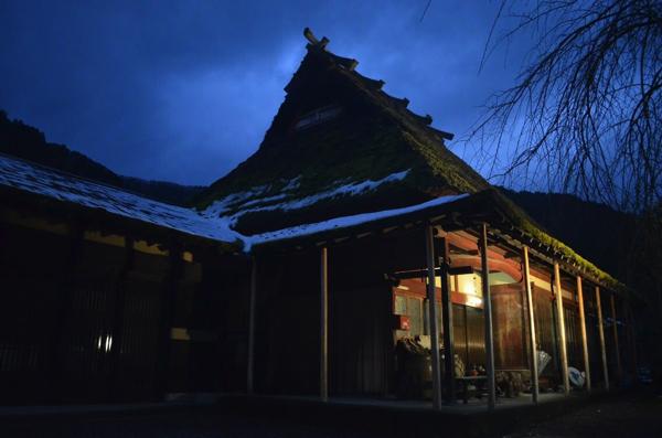 茅葺屋根のシルエット