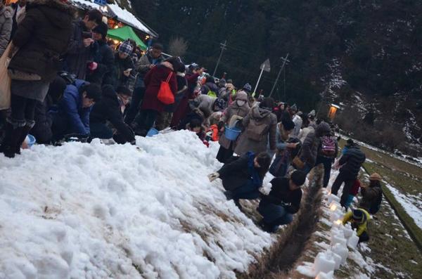 雪灯籠づくり体験のために集められた雪