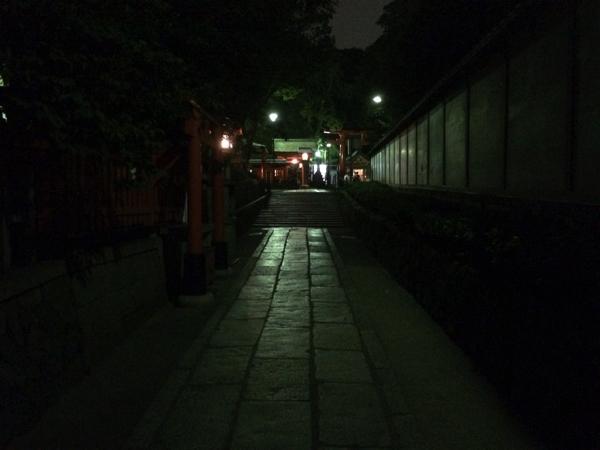 夜の稲荷山への入り口