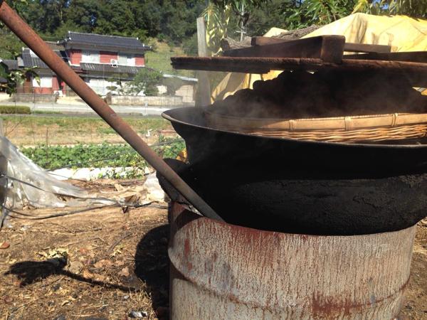 栗が蒸されている大きな鍋