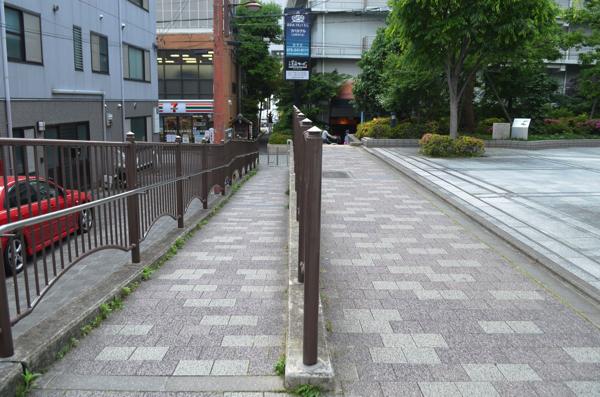左側がスロープ、右側が階段